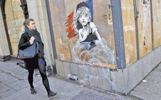 Τοιχογραφία του μυστηριώδους εικαστικού «Μπάνκσι», βασισμένη στην αφίσα του μιούζικαλ «Οι Αθλιοι», απέναντι από την πρεσβεία της Γαλλίας στο Λονδίνο, καταγγέλλει τη χρήση δακρυγόνων εναντίον προσφύγων στο Καλαί.