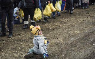 Ενα αγοράκι κλαίει μόλις έχει περάσει τα σύνορα από την ΠΓΔΜ στη Σερβία. Ενα στα εννέα παιδιά ζεί σε χώρες που βρίσκονται σε πόλεμο.