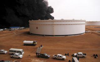 Θύμα του εμφυλίου πολέμου και οι πετρελαϊκές εγκαταστάσεις στο λιμάνι του Ρας Λανούφ, στη Λιβύη.