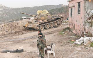Συριακά στρατεύματα σε δρόμο της Σάλμα, στην επαρχία της Λαττάκειας, μιας από τις πόλεις που κατάφεραν να ανακαταλάβουν πρόσφατα οι δυνάμεις του Ασαντ, με τη στήριξη της ρωσικής αεροπορίας.