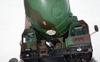 Ρώσος δόκιμος επιθεωρεί διηπειρωτικό πύραυλο Topol-M στο Ινστιτούτο των Στρατηγικών Πυραυλικών Δυνάμεων.