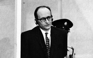 Ο Αδόλφος Αϊχμαν, υπεύθυνος για την εξόντωση του ευρωπαϊκού εβραϊκού στοιχείου, ενώπιον του ισραηλινού δικαστηρίου το 1961.