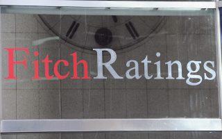 Σύμφωνα με τη Fitch Ratings, η εγχώρια αγορά κατοικίας θα εξακολουθήσει να καταγράφει πτώση τιμών της τάξεως του 4% φέτος, λόγω της έλλειψης τραπεζικής χρηματοδότησης και της γενικότερης οικονομικής αβεβαιότητας. Παράλληλα, η Fitch επισημαίνει το γεγονός ότι τα «κόκκινα» στεγαστικά δάνεια (που κρίνονται μη εισπράξιμα) βρίσκονται σε ιστορικά υψηλό επίπεδο, αν και αναμένεται η σταδιακή υποχώρησή τους, καθώς το τραπεζικό σύστημα αρχίζει να σταθεροποιείται.