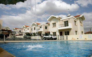 Στην Κύπρο θα συναντήσει κανείς αρκετές περιπτώσεις ακινήτων που πωλούνται αντί περίπου 100.000 ευρώ. Τόσο θα κοστίσει, π.χ., ένα διαμέρισμα με δύο υπνοδωμάτια στην Πάφο και μάλιστα σε κτίριο  με κοινόχρηστη πισίνα.