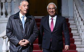 Ο Πορτογάλος πρωθυπουργός Αντόνιο Κόστα (δεξιά) υποδέχεται τον πρόεδρο της Πορτογαλίας Μαρσέλο Ρεμπέλο ντε Σόουζα (αριστερά) στο Κοινοβούλιο.
