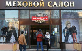 Οι Ρώσοι έχουν περιορίσει τις καταναλωτικές τους δαπάνες, αλλά δεν αντιμετωπίζουν προβλήματα επιβίωσης. «Η Ρωσία παραμένει μια αρκετά πλούσια χώρα», λέει ο Τιμούρ Νιγκματουλίν, αναλυτής στη ρωσική επενδυτική Finam. Η ύφεση του 3,7% πέρυσι είναι σημαντική αλλά θα είναι ανησυχητική εάν η κατάσταση συνεχισθεί επί χρόνια.