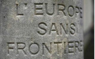 Ο λόγος για την Σένγκεν και το Σένγκεν. Πολύ πριν γίνει συνθήκη, το Σένγκεν ήταν ένα μικρό χωριό του Λουξεμβούργου. Το περίφημο έγγραφο υπεγράφη στις 14 Ιουνίου του 1985, στο πλοίο «Princess Marie-Astrid»   που ήταν αγκυροβολημένο στον προβλήτα του ποταμού Μοζέλα στο σημείο όπου συναντιούνται τρεις χώρες, η Γαλλία, η Γερμανία και το Λουξεμβούργο, με σκοπό να εξαλειφθούν οι εσωτερικοί συνοριακοί έλεγχοι στα κράτη της Ευρωπαϊκής Ένωσης. Εις ανάμνηση της περίφημης συνθήκης στο χωριουδάκι υπάρχει ένα μικρό λίθινο μνημείο που γράφει στις τρεις γλώσσες «Ευρώπη χωρίς σύνορα».REUTERS/Wolfgang Rattay