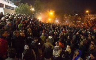 Ομάδα αγροτών επιχείρησε να εισβάλει στο χώρο της ΔΕΘ όπου σημειώθηκαν επεισόδια και συμπλοκές με αστυνομικές δυνάμεις, Θεσσαλονίκη, Πέμπτη 28 Ιανουαρίου 2016.  Ένταση και επεισόδια έβαλαν «μπλόκο» στα προγραμματισμένα για σήμερα το απόγευμα εγκαίνια της διεθνούς έκθεσης «Agrotica 2016». Μεγάλο συλλαλητήριο ενάντια στις αλλαγές στο ασφαλιστικό και στη φορολογία πραγματοποίησαν οι αγρότες από διάφορα μπλόκα της χώρας, με αφορμή τα εγκαίνια της έκθεσης Agrotica, στην πλατεία της ΧΑΝΘ. . ΑΠΕ ΜΠΕ/PIXEL/ΣΩΤΗΡΗΣ ΜΠΑΡΜΠΑΡΟΥΣΗΣ