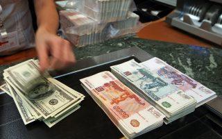 Οι περισσότερες χώρες, από τη Ρωσία μέχρι την Ταϊλάνδη, επιτρέπουν την ελεύθερη διακύμανση των ισοτιμιών, διότι η πτώση τους έναντι του δολαρίου ωφελεί τις εξαγωγές τους.