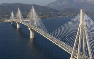 Ρίο-Αντίρριο: Η γέφυρα-σταθμός έχει μήκος 2.883 μέτρων ξεκίνησε να κατασκευάζεται το 1997 και λειτούργησε στις 12 Αυγούστου 2004, έχοντας κοστίσει 630 εκατ. ευρώ.
