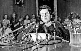 Η Rachel Carson καταθέτει στην υποεπιτροπή της αμερικανικής Γερουσίας, το 1963, για τη διερεύνηση των συνεπειών της χρήσης των εντομοκτόνων. Μετά τον θάνατό της, το 1972 ο Αμερικανός πρόεδρος Νίξον ίδρυσε την Υπηρεσία Περιβαλλοντικής Προστασίας.
