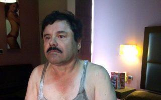 Η πρώτη φωτογραφία του Ελ Τσάπο (Ο Κοντός), μετά τη σύλληψή του την Παρασκευή σε ξενοδοχείο της πόλης Λος Μότσις του Βορειοδυτικού Μεξικού.