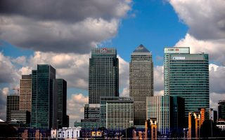Το Λονδίνο φιλοξενεί περισσότερες από 250 ξένες τράπεζες, οι οποίες απολαμβάνουν τα προνόμια της πρόσβασης στην ενιαία ευρωπαϊκή αγορά. Ο χρηματοπιστωτικός κλάδος ισοδυναμεί με το 10% του ΑΕΠ της χώρας, καθώς και το 12% των φορολογικών εσόδων, ισοδύναμο με 89 δισ. ευρώ το οικονομικό έτος 2013-2014.
