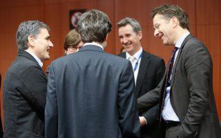 Ευκλείδης Τσακαλώτος, Γ. Χουλιαράκης (πλάτη) και Ντέκλαν Κοστέλο θα καθίσουν στο ίδιο τραπέζι για να διαπραγματευθούν.