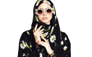 Συνδυασμούς αμπάγια και χιτζάμπ περιλαμβάνει η συλλογή «Abaya» της Dolce & Gabbana που απευθύνεται στη Μέση Ανατολή. Ο ιταλικός οίκος είναι ένας από τους πρώτους παίκτες της βιομηχανίας της πολυτέλειας που επιχειρεί τέτοιου τύπου άνοιγμα στην ισλαμική αγορά.