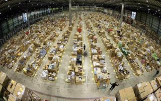 Oι καταναλωτές που κάποτε σύχναζαν στα εμπορικά κέντρα σήμερα καταφεύγουν σε ψηφιακούς ανταγωνιστές, όπως είναι η Amazon Inc.