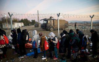 Μετά τη «φραγή» των συνόρων στην Ειδομένη με τον φράχτη στην πλευρά της ΠΓΔΜ (φωτογραφία), οι διακινητές οδηγούν τους μετανάστες από παλαιά, ξεχασμένα, μονοπάτια, παρακάμπτοντας φυλασσόμενες περιοχές, ενώ και στον Εβρο καταγράφεται αύξηση παρανόμως εισερχομένων από σημεία μακράν του εκεί φράχτη.