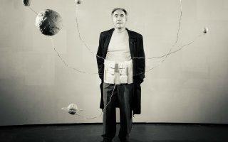 Ο Χρήστος Στέργιογλου στην παράσταση «Ο βίος του Γαλιλαίου» σε σκηνοθεσία Βαγγέλη Θεοδωρόπουλου.