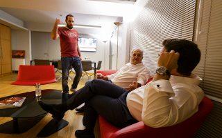 Δύο γενιές μαζι.  Ορθιος ο διευθυντής του Γραφείου του Πρωθυπουργού Δημήτρης Τζανακόπουλος, καθισμένος ο Αλέκος Φλαμπουράρης, ενώ ο Αλέξης Τσίπρας φαίνεται να τους ακούει.