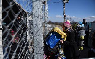 Πρόσφυγες περιμένουν να περάσουνε στα Σκόπια, με το θερμόμετρο να δείχνει κάτω από το μηδέν.