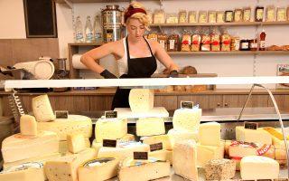 Ενα από τα καλύτερα στοιχεία του μαγαζιού: ο πλούσιος  πάγκος τυριών. (Φωτογραφίες: ΑΚΗΣ ΟΡΦΑΝΙΔΗΣ)