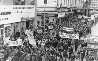 Δεκέμβριος 1962. Περισσότεροι από 4.000 φοιτητές διαδηλώνουν στο Κέντρο της Αθήνας. Οι κινητοποιήσεις για την Παιδεία αποτέλεσαν εφαλτήριο του Ανένδοτου Αγώνα.