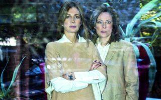 Η Ελένη Κωνσταντινίδου (αριστερά) και η Σήλια Σιγαλού. Κασμιρένιο πόντσο Agnona, Enny Monaco. Μάλλινο παλτό The Row, Enny Monaco.