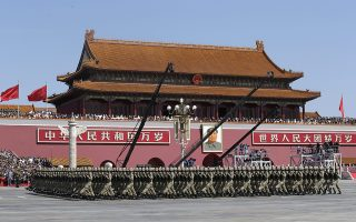 epa04910109 Soldiers of China's People's Liberation Army (PLA) march past Tiananmen Gate during the military parade marking the 70th anniversary of the end of World War Two, in Beijing, China, 03 September 2015.  EPA/JASON LEE / POOL