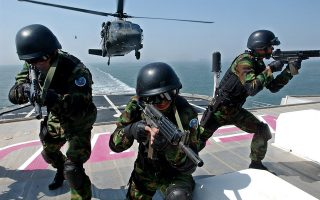 Στρατιώτες της Νοτίου Κορέας σε κοινή άσκηση με τον στρατό των ΗΠΑ.  EPA