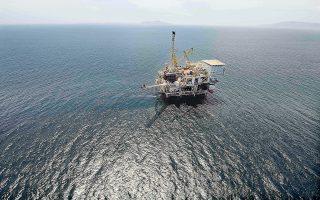 Φιλόδοξα σχέδια, όπως αυτό της έρευνας υδρογονανθράκων στα βαθιά νερά του Ιονίου και της Κρήτης, άφησαν ασυγκίνητες τελικά τις μεγάλες πετρελαϊκές εταιρείες, παρά το ισχυρό αρχικά ενδιαφέρον, αφού υποχρεώθηκαν να προχωρήσουν σε σημαντικές περικοπές δαπανών μετά την καταβαράθρωση των τιμών του πετρελαίου.