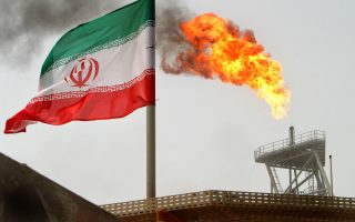 Η είσοδος του Ιράν στην αγορά πετρελαίου, σε μια περίοδο που οι τιμές κυμαίνονται αρκετά πιο κάτω από τα 29 δολάρια το βαρέλι, είναι μια εξαιρετικά δυσάρεστη εξέλιξη για τις οικονομίες των κρατών του Περσικού Κόλπου.