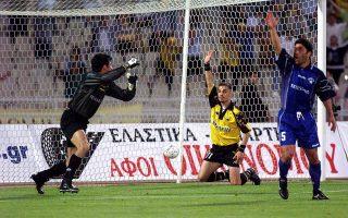 Ο Ντέμης Νικολαΐδης έχει σκοράρει χρησιμοποιώντας το χέρι του και μαζί με τους παίκτες του Ιωνικού... διαμαρτύρεται και ο ίδιος. Με δική του πρωτοβουλία το γκολ ακυρώνεται.