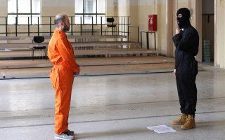 Στην πρόβα της καφκικής «Σωφρονιστικής αποικίας», υπό τους ήχους του Φίλιπ Γκλας, στη Διπλάρειο. Τα κοστούμια παραπέμπουν στις φρικαλεότητες του Ισλαμικού Κράτους...