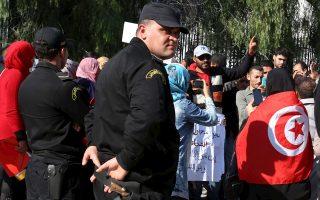 Ανεργοι πτυχιούχοι διαδηλώνουν στην Τυνησία.