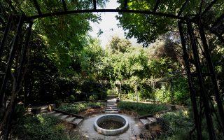 Καταπατήσεις, αυθαιρεσίες, μετατροπή σε χώρο στάθμευσης Ι.Χ. έχουν καταστήσει τον Εθνικό Κήπο, το κατεξοχήν μνημείο της νεότερης ελληνικής ιστορίας, μετά τα νεοκλασικά του 19ου αι., πεδίο εγκατάλειψης.