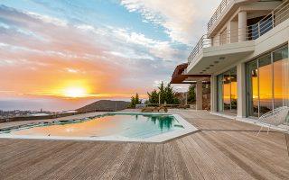 Ηλιοβασίλεμα στον Σαρωνικό. Πολυτελής κατοικία στην Ανάβυσσο, με τέσσερα υπνοδωμάτια, ιδανική για οικογένειες τουριστών.