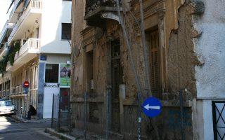 Στην Κυψέλη, στη γωνία Λέσβου και Πόρου στέκει ετοιμόρροπο ένα σπίτι.