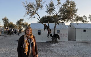 Η Φωτεινή Ράντσιου (φωτογραφία σε καταυλισμό στο νησί) μετράει 20 έτη συμμετοχής σε προγράμματα βοήθειας του ΟΗΕ σε όλο τον κόσμο, αλλά «μετά την εμπειρία της Λέσβου η ματιά μου έγινε διαφορετική».