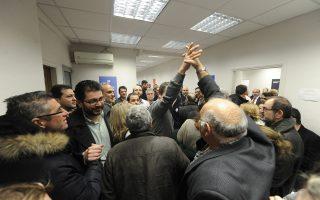 Πλήθος κόσμου το βράδυ της Κυριακής στο πολιτικό γραφείο του κ. Μητσοτάκη στη Χαλκοκονδύλη. Πάντως, από τη Δευτέρα και μετά όλοι είναι «με τον Κυριάκο».