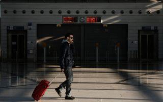 Πολλοί είναι εκείνοι που άρχισαν να ταξιδεύουν ξανά με «γεμάτες βαλίτσες» με ρούχα και άλλα είδη για τους συγγενείς στην Ελλάδα.
