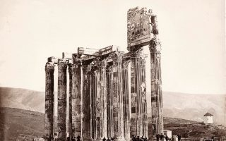 Αθήνα 1865: Θαμώνες του καφενείου στον ναό του Ολυμπίου Διός. Διακρίνεται δεξιά ο μύλος του Μετς σε πλήρη λειτουργία. Φωτ.: Δημήτριος Κωνσταντίνου.