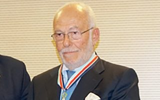 Ο Δημήτρης Μητσάτσος παρασημοφορήθηκε για την προσφορά του ως κυβερνήτη της ακταιωρού «Φαέθων» το 1964.