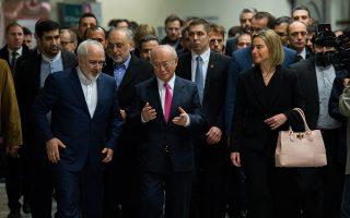 Ο Γενικός Διευθυντής του Οργανισμού Ατομικής Ενέργειας, Γιουκίγια Αμάνο, η ύπατη εκπρόσωπος της Ε.Ε. για θέματα εξωτερικής πολιτικής Φεντερίκα Μογκερίνι και ο Ιρανός υπουργός Εξωτερικών, Τζαβάντ Ζαρίφ.
