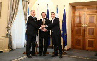 Ο Κύπριος πρόεδρος Νίκος Αναστασιάδης, με τους πρωθυπουργούς της Ελλάδας, Αλέξη Τσίπρα, και του Ισραήλ, Μπέντζαμιν Νετανιάχου, κατά την κοινή συνάντησή τους στο προεδρικό μέγαρο στη Λευκωσία.