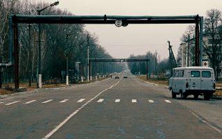 Ο κεντρικός δρόμος που συνδέει το Τσέρνομπιλ με το πυρηνικό εργοστάσιο. Διακρίνονται οι επίγειοι σωλήνες για τη μεταφορά πόσιμου νερού στην πόλη.