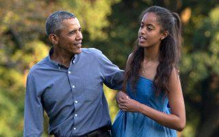 Ο πρόεδρος Ομπάμα και η 17χρονη κόρη του Μαλία περπατούν στον κήπο του Λευκού Οίκου τον Αύγουστο, προσφέροντας ευκαιρία φωτογράφισης στους φωτορεπόρτερ του προεδρικού μεγάρου.