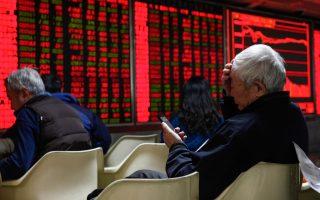 Ο επενδυτής της φωτογραφίας καταγράφει, το πρωί της Παρασκευής, στο κινητό του τις κινήσεις των κινεζικών χρηματιστηρίων όπως εμφανίζονται στην ηλεκτρονι- κή πλατφόρμα χρηματιστηριακής του Πεκίνου.