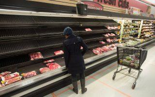 Τα ράφια των σούπερ μάρκετ άδεισαν μετά από... επιδρομή των καταναλωτών για προμήθειες.