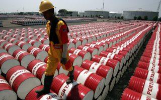 Μετά τις τελευταίες εξελίξεις, οικονομικοί αναλυτές υπολογίζουν πως θα είναι δύσκολο να αποφασίσει ο ΟΠΕΚ μείωση της ημερήσιας παραγωγής για να στηριχθούν οι τιμές, γεγονός που σημαίνει πως η υπερπροσφορά πετρελαίου θα εξακολουθεί να υφίσταται τουλάχιστον στο άμεσο μέλλον.