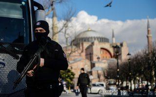 Περισσότερο εμφανείς είναι πλέον οι άνδρες των δυνάμεων ασφαλείας που περιφρουρούν το κέντρο της Κωνσταντινούπολης.